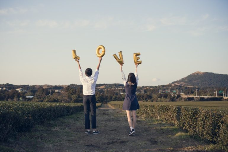 Fun and easy props for pre-wedding photoshoot - Lookformation
