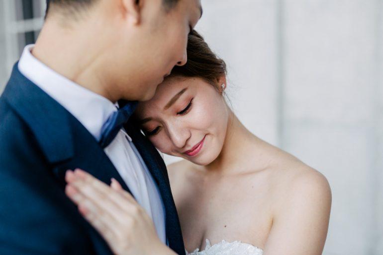 novios novia apoyarse en el pecho