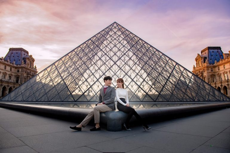 paris louvre couple engagement