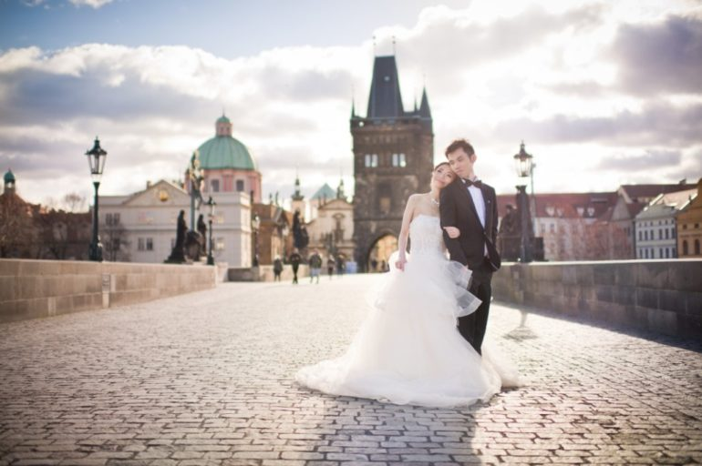 Prague wedding photo shoot at Charles Bridge
