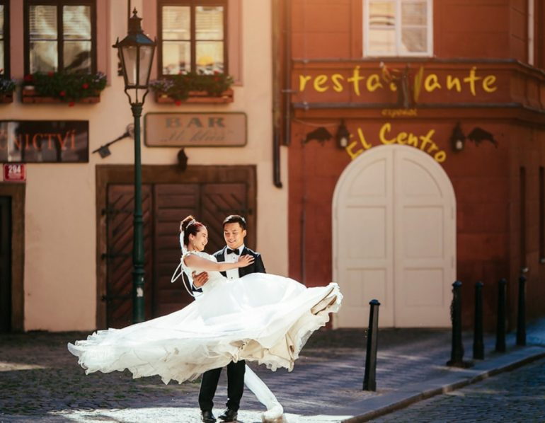 prague wedding photo mala strana