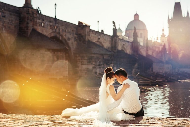 prague wedding photo charles bridge